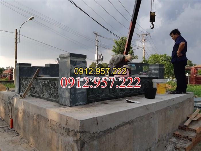 Lắp đặt phần đế mộ đôi bằng đá xanh rêu tại Củ Chi sài gòn