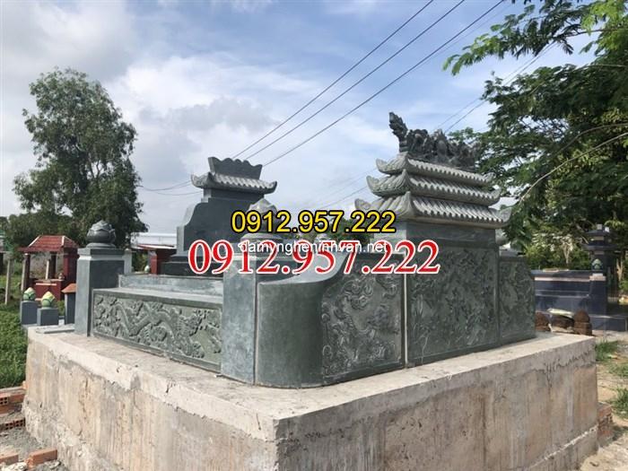 Tổng thể ngôi mộ đá đôi xanh rêu tại sài gòn