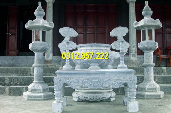 Lư hương kết hợp với bàn thờ đá, đèn đá