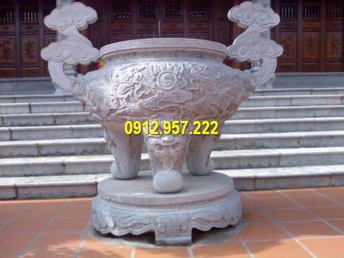 Lư hương tròn kích thước lớn đặt tại đình, chùa