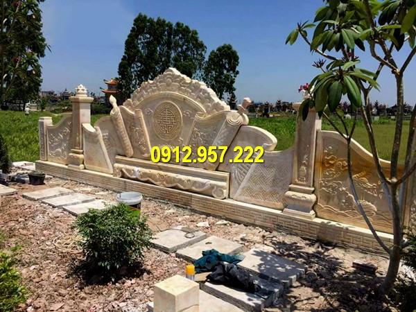 Bình phong đá vàng đặt trước khu lăng mộ