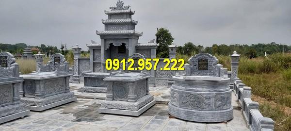 Khuôn viên khu lăng mộ với mộ đá tròn, mộ bành đá