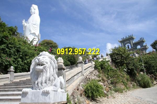 Sư tử đá đặt tại cổng chùa