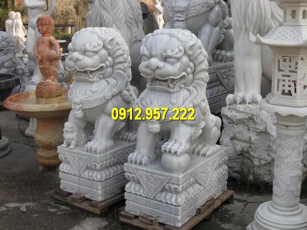 Cặp sư tử đá trước cổng kích thước nhỏ