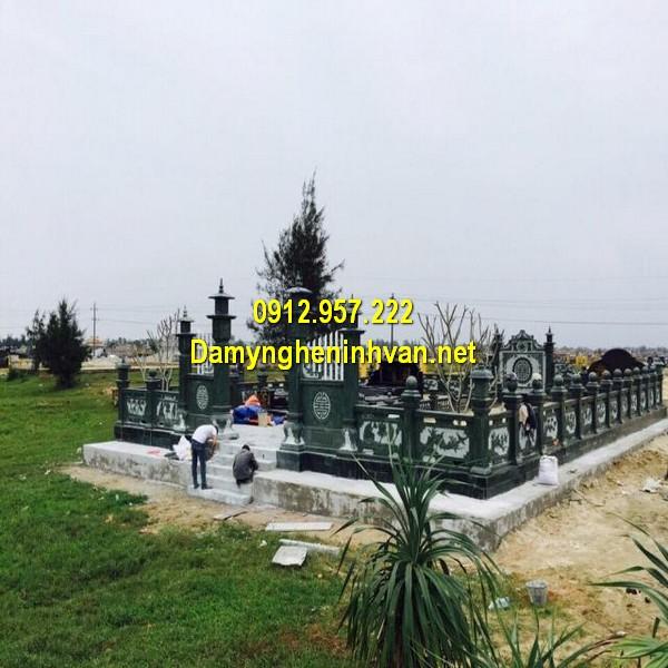 Khu lăng mộ gia đình bằng đá xanh rêu