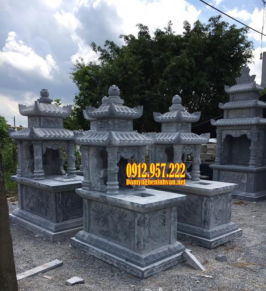 Mộ đá 2 đao có phần thân mộ trang trí bởi các hoạ tiết đẹp mắt